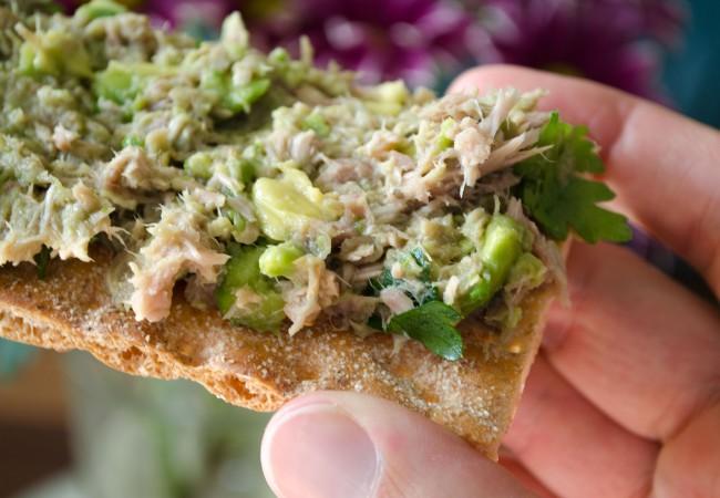Crackers met tonijn en avocado