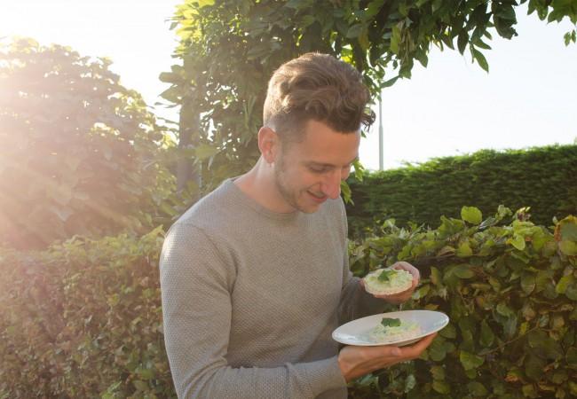 Gezond tussendoortje: rijstwafel met avocado
