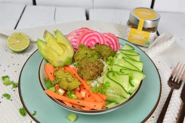 Falafel bowl met falafel van zwarte bonen en kikkererwten