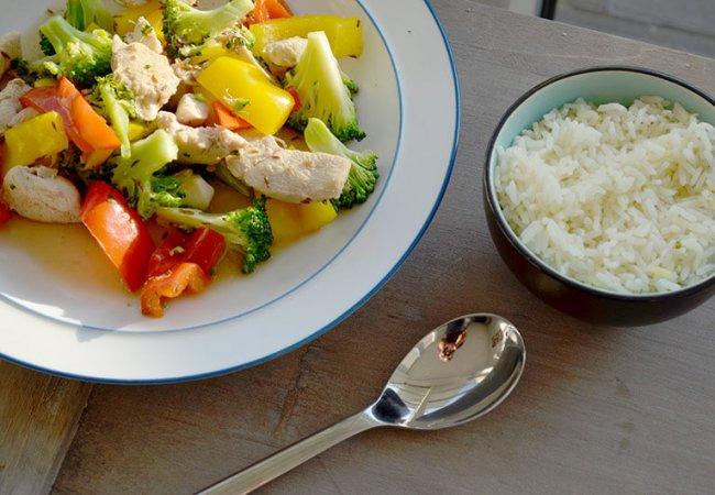 Rijst met kip, groente en sojasaus. Licht en lekker